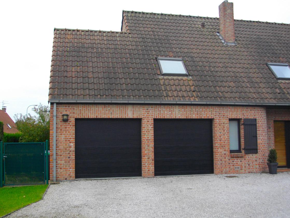deux portes de garage noires