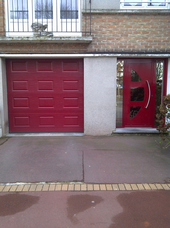 porte de garage rouge et porte d'entree