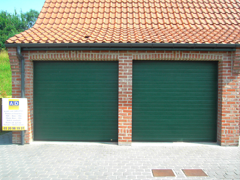 deux portes vertes posées