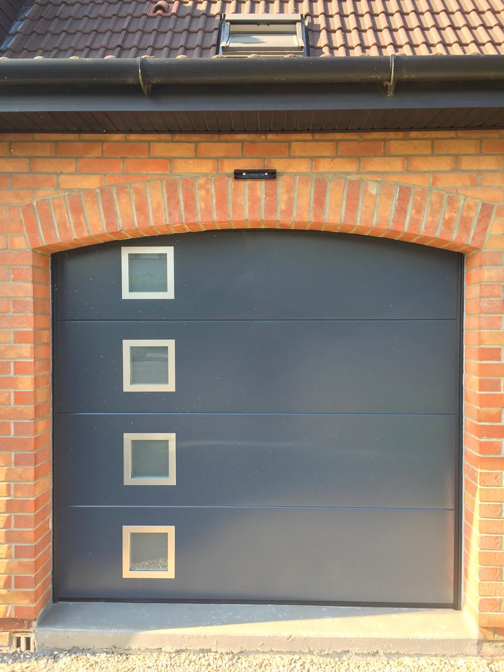porte de garage avec petites vitres integrées