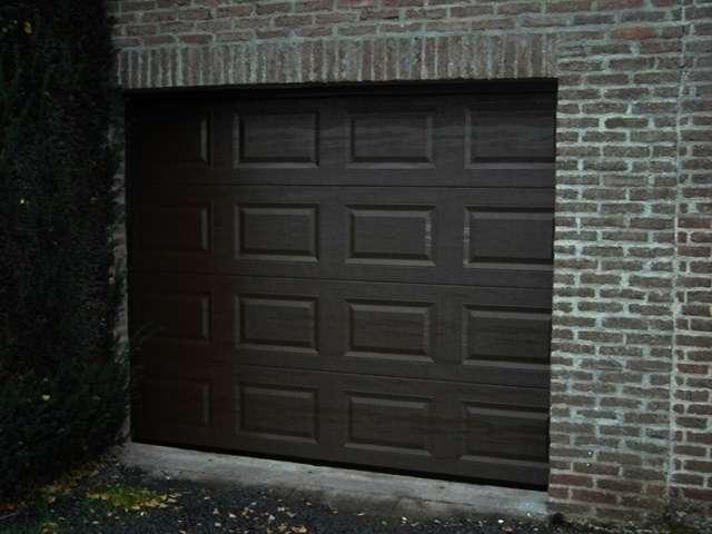 porte de garage noire à sections