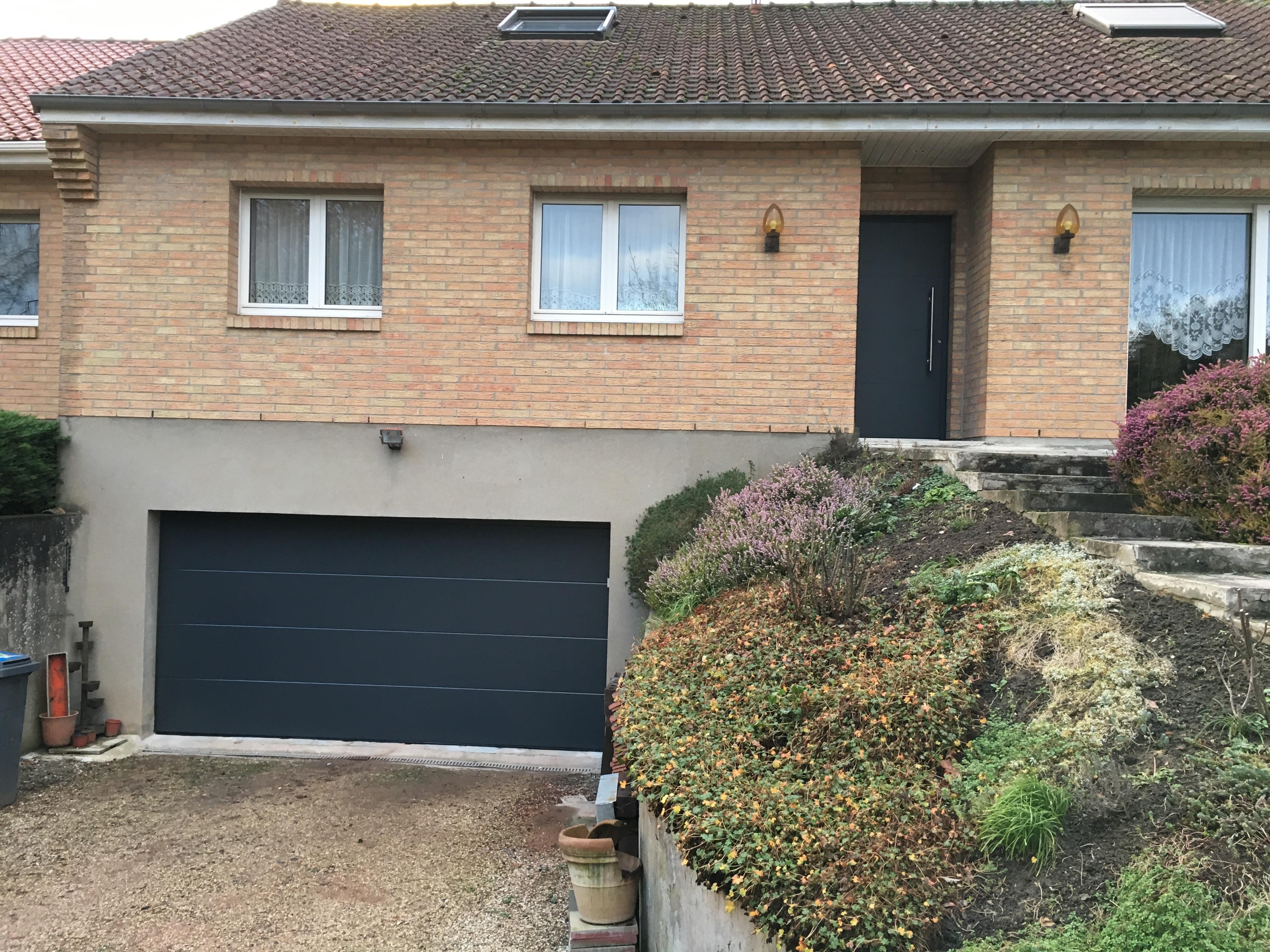 porte noir entree et garage isolation et briques