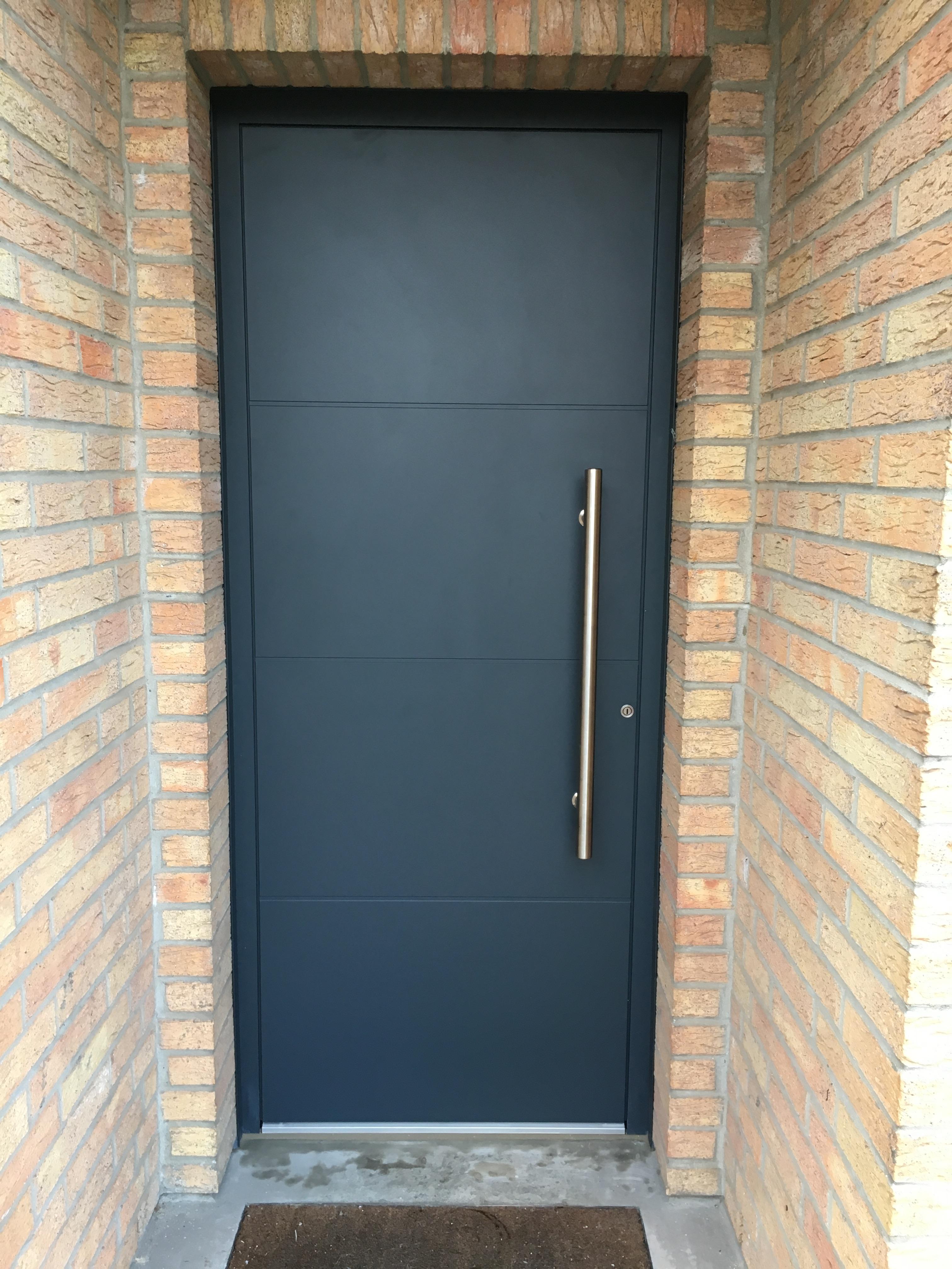 porte noir isolation et briques