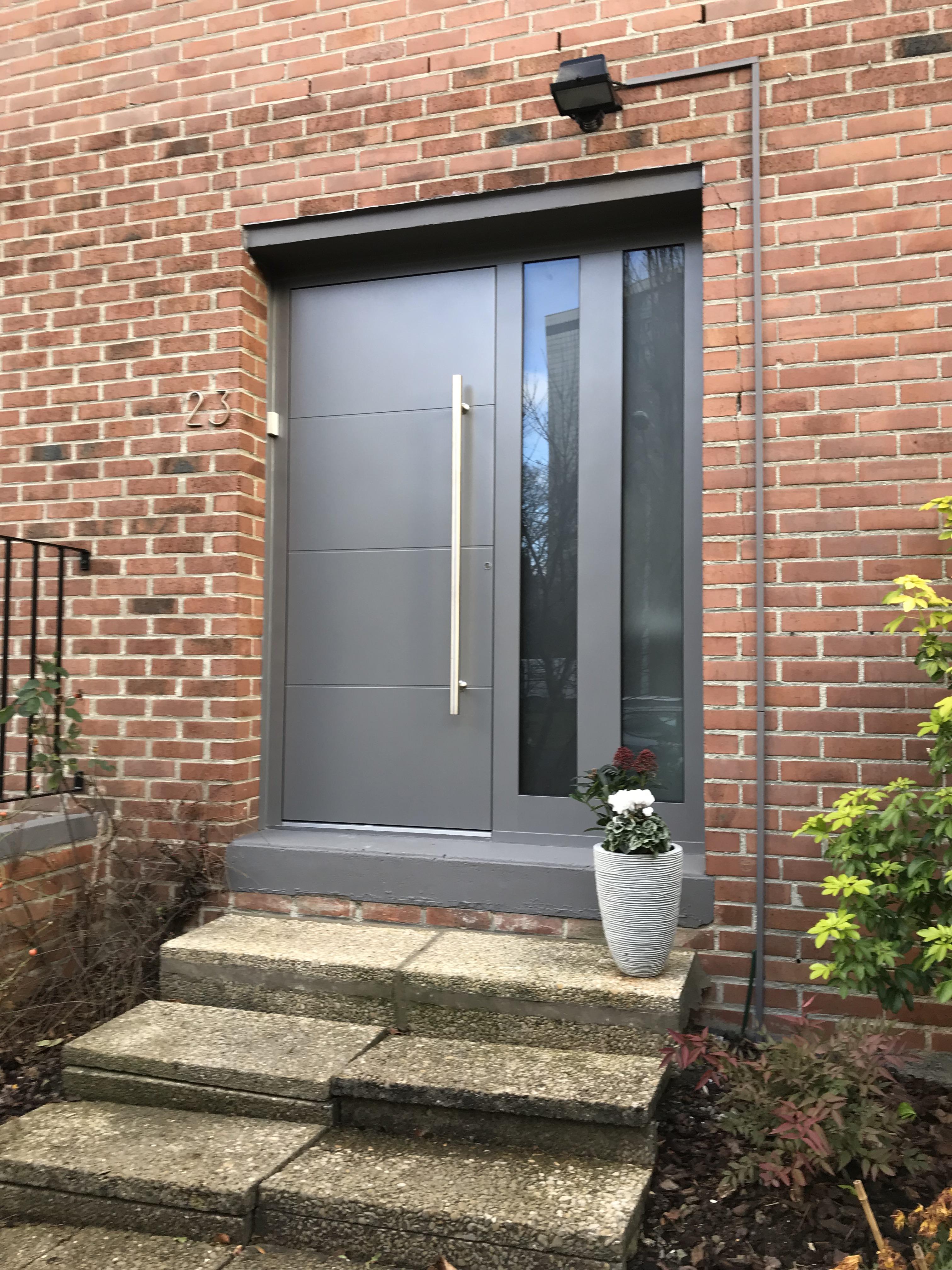 Porte d'entree grise avec escalier