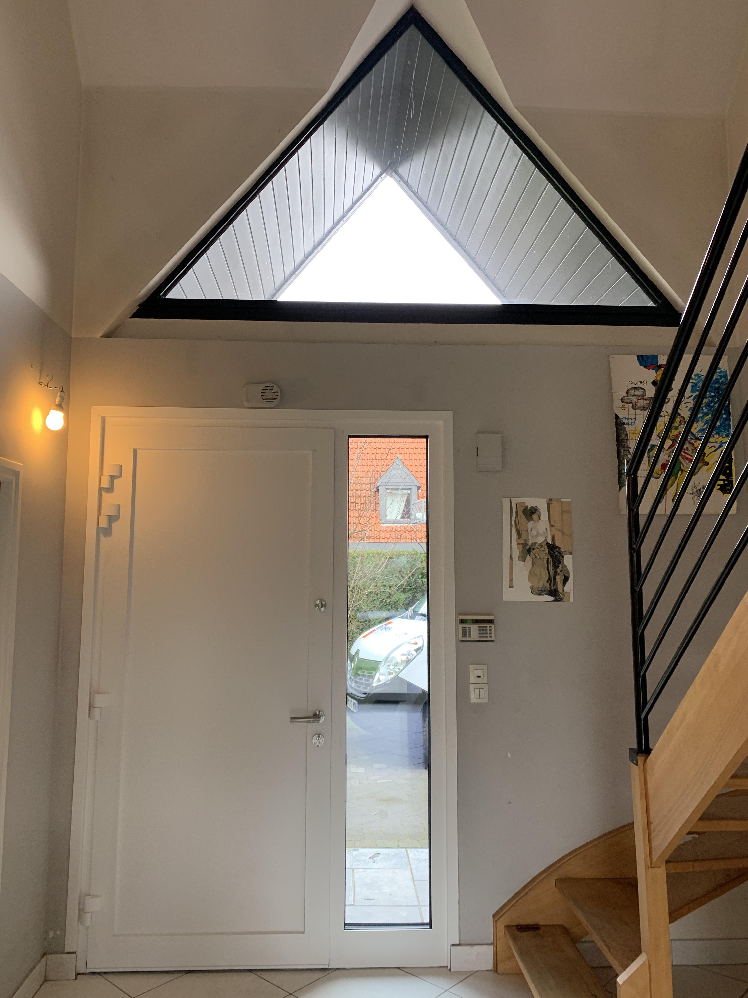 porte blanche interieur et escalier
